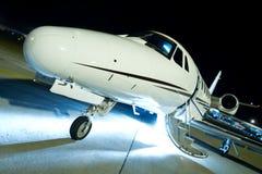 Luxusgeschäftsjet auf einem Durchgehen lizenzfreie stockfotos