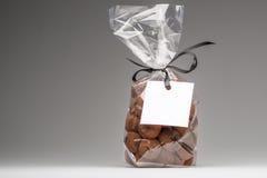 Luxusgeschenk von Trüffeln mit leerem Aufkleber- und Kopienraum Stockfotografie