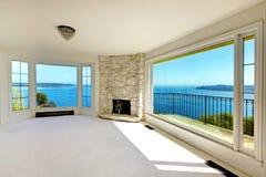Luxusgrundbesitzschlafzimmer mit Wasseransicht und -kamin. Stockfotografie