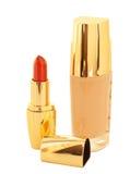 Luxusgrundlage und Lippenstift lokalisiert auf Weiß Stockfotografie