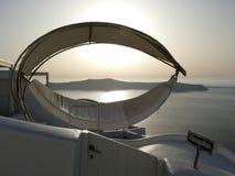 Luxushängematte mit Seeansicht hinten von Fira in Santorini, Griechenland stockfotografie
