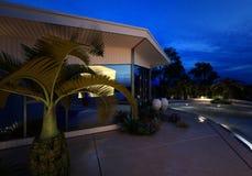 Luxushaus mit einem belichteten Swimmingpool Stockbild