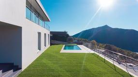 Luxushaus mit Garten und Swimmingpool stockbilder