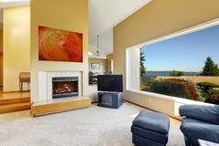 Luxushausinnenraum mit szenischer Fensteransicht Lizenzfreies Stockfoto