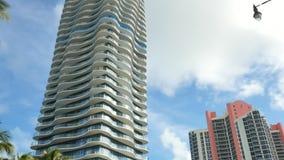 Luxushighriseturm auf einem blauen Himmel stock video