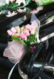 Luxushochzeitsauto mit Blumen Stockbild