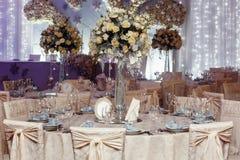 Luxushochzeitsdekor mit den Blumen- und Glasvasen und Zahl von Lizenzfreie Stockfotos