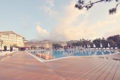 Luxushotel auf Küste von Mittelmeer Stockbild