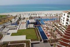 Luxushotelpool und weißer sandiger Strand Stockbild