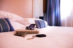 Luxushotelschlafzimmer mit Material auf dem Bett gemacht Stockfotos