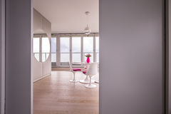 Luxusinnenraum mit enormem Fenster Stockbild