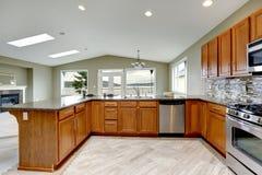 Luxusküchenraum mit hellen braunen Kabinetten Stockbilder
