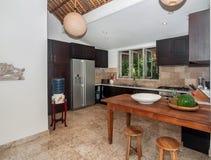 Luxusküchenraum mit offenem Raum lizenzfreies stockbild