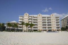 Luxuskondominium gelegen auf den sieben Miles Beach bei Grand Cayman Lizenzfreie Stockbilder