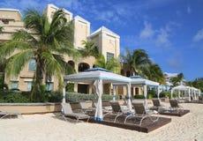 Luxuskondominium gelegen auf den sieben Miles Beach bei Grand Cayman Stockfotos