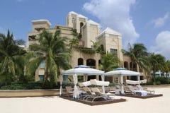 Luxuskondominium gelegen auf den sieben Miles Beach bei Grand Cayman Stockfotografie