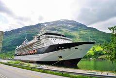 Luxuskreuzschiff-Segeln von Hafen-Norwegen-Bergen im Hintergrund Lizenzfreie Stockfotos