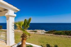 Luxuslandhaus mit Seeansicht lizenzfreies stockfoto