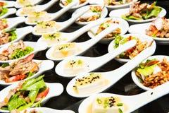 Luxuslebensmittel und Getränke auf Hochzeit lizenzfreie stockfotos