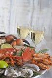Luxusmeeresfrüchteservierplatte mit Hummer, Auster und Weißwein Stockfoto