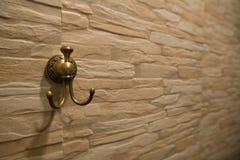 Luxusmessingaufhänger auf der Wand Stockfotografie
