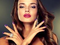 Luxusmodeart Brunette mit dem langen Kraushaar lizenzfreies stockfoto