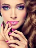 Luxusmodeart, Nägel maniküren, Kosmetik und Make-up lizenzfreie stockfotografie