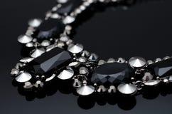 Luxusmodehalskette auf schwarzem Hintergrund Stockfotografie