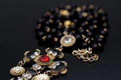 Luxusmodehalskette auf schwarzem Hintergrund Stockfoto