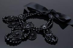 Luxusmodehalskette auf schwarzem Hintergrund Stockbild