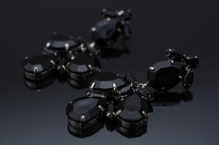Luxusmodeohrringe auf schwarzem Hintergrund Stockfotos