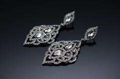Luxusmodeperlenohrringe auf schwarzem Hintergrund Stockfotografie
