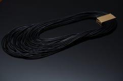Luxusmodeperlenohrringe auf schwarzem Hintergrund Lizenzfreie Stockfotos