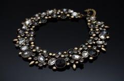 Luxusmodeperlenohrringe auf schwarzem Hintergrund Stockbild
