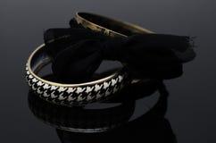 Luxusmodeperlenohrringe auf schwarzem Hintergrund Stockfotos