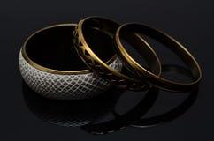 Luxusmodeperlenohrringe auf schwarzem Hintergrund Stockbilder