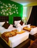 Luxusraum mit Doppelbetten mit bunter und Gewebekunstdekoration lizenzfreie stockfotos