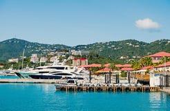 Luxusreise auf Boot, Wassertransport Yachten festgemacht am Seepier auf Berglandschaft Seehafen und Stadt auf sonnigem Blau lizenzfreie stockfotos