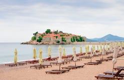 Luxussand-Strand nahe Insel und Erholungsort Sveti Stefan, Montenegro Balkan, adriatisches Meer, Europa Lizenzfreie Stockbilder