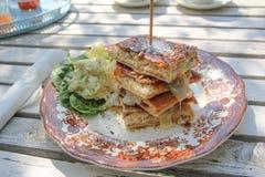 Luxussandwich auf einer Retro- Platte stockfotos