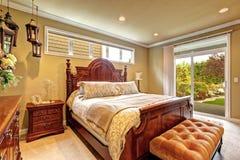 Luxusschlafzimmer geschnitzter hölzerner Möbelsatz Stockbilder