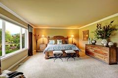 Luxusschlafzimmer geschnitzter hölzerner Möbelsatz Lizenzfreies Stockbild
