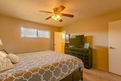 Luxusschlafzimmer in Kalifornien mit orange warmer Beleuchtung und carpe Lizenzfreies Stockfoto