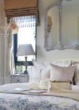 Luxusschlafzimmer mit dekorativem Satz mit Weinlesetasche, Hut lizenzfreie stockfotos