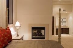 Luxusschlafzimmer mit Kamin Stockfotos