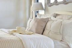 Luxusschlafzimmerinnenraum mit dekorativem Satz auf Bett lizenzfreies stockbild