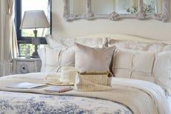 Luxusschlafzimmerinnenraum mit dekorativem Satz auf Bett und klassischer Arttischlampe lizenzfreies stockbild