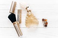 Luxusschmuckparfüm bilden flache Lage der Wesensmerkmale auf weißem Rost Stockfotografie