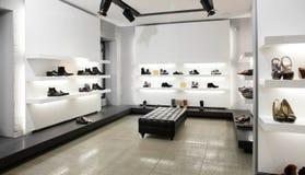 Luxusschuhgeschäft mit hellem Innenraum Stockfotografie