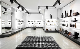 Luxusschuhgeschäft mit hellem Innenraum Lizenzfreie Stockbilder